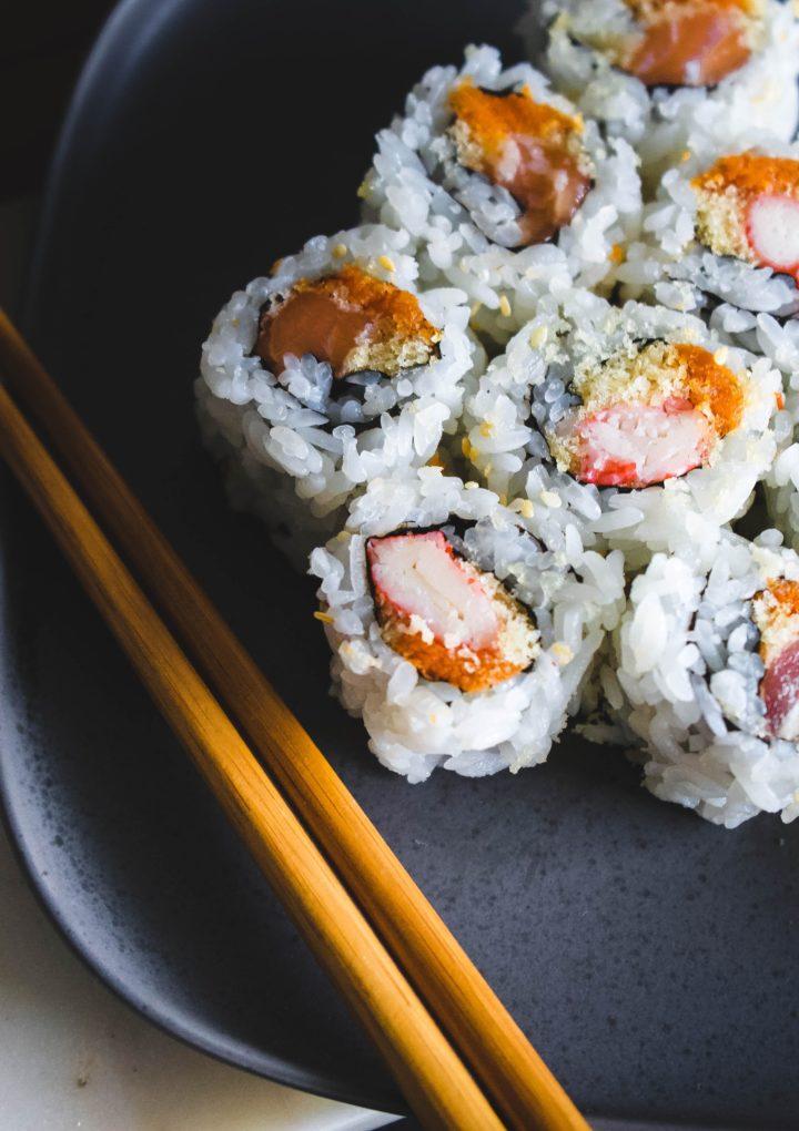 Przyrządzanie i spożywanie sushi – zestaw do sushi